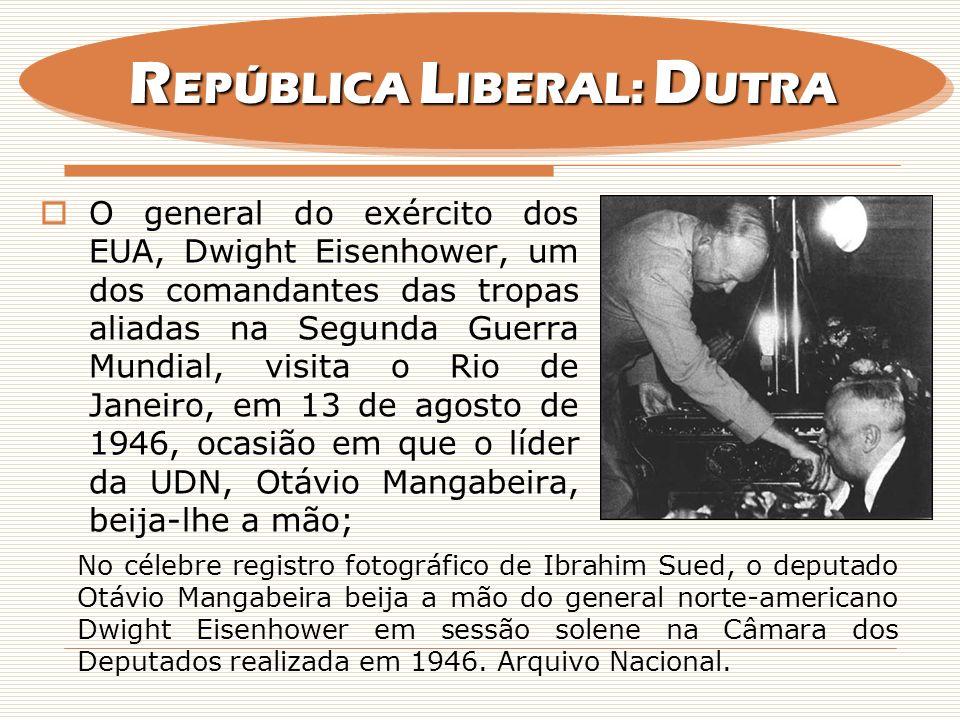O general do exército dos EUA, Dwight Eisenhower, um dos comandantes das tropas aliadas na Segunda Guerra Mundial, visita o Rio de Janeiro, em 13 de a