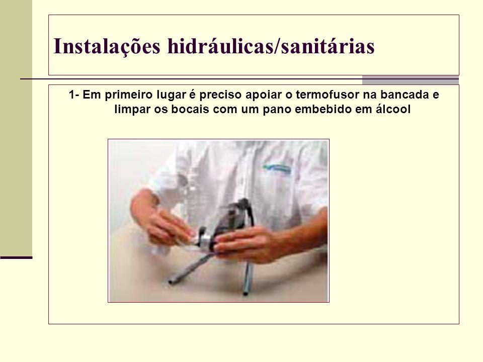 Instalações hidráulicas/sanitárias 1- Em primeiro lugar é preciso apoiar o termofusor na bancada e limpar os bocais com um pano embebido em álcool