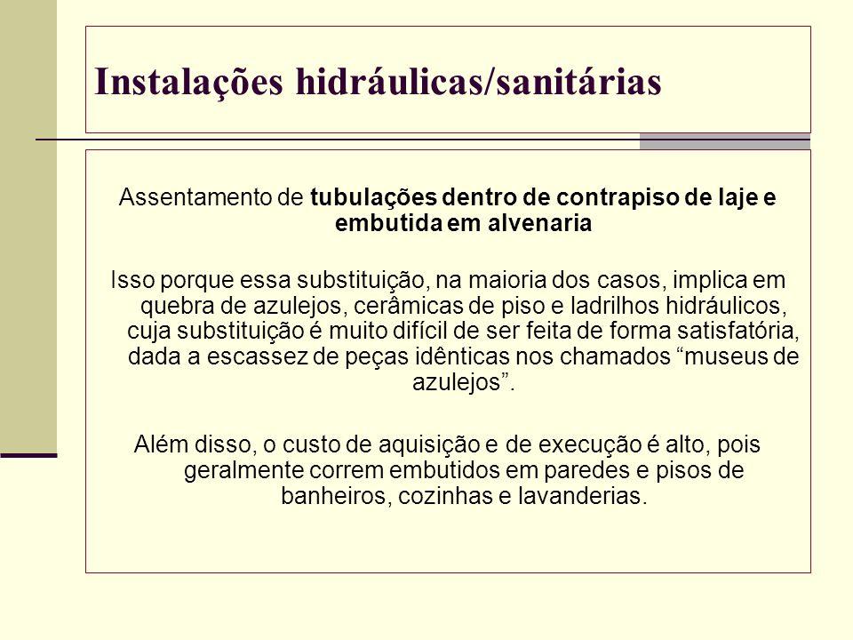 Instalações hidráulicas/sanitárias Assentamento de tubulações dentro de contrapiso de laje e embutida em alvenaria Isso porque essa substituição, na m