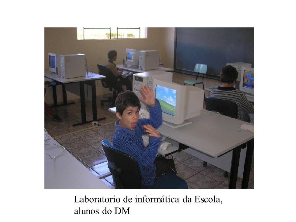 Laboratório de informática, alunos e a professora Maria Rosa