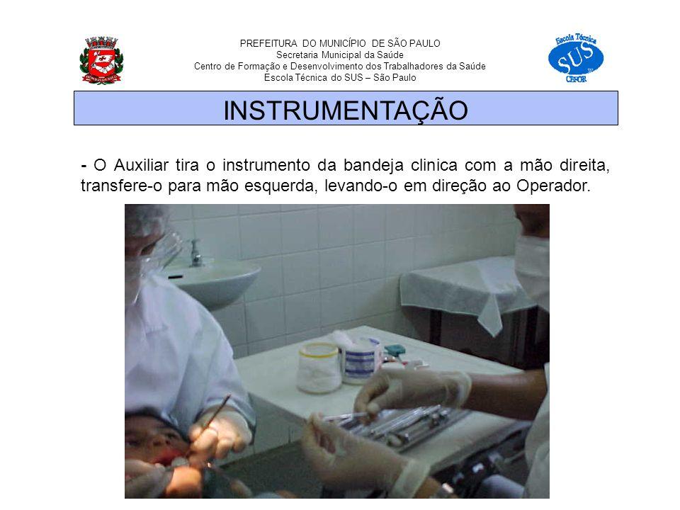 - O Auxiliar tira o instrumento da bandeja clinica com a mão direita, transfere-o para mão esquerda, levando-o em direção ao Operador.