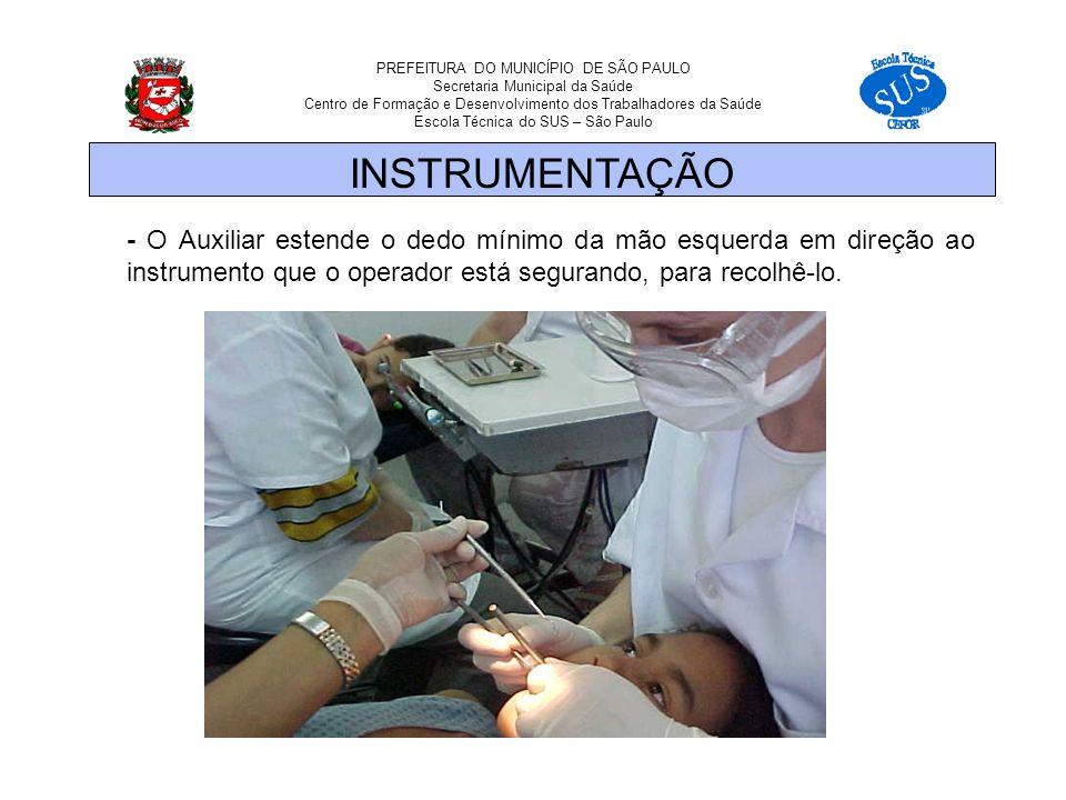 PREFEITURA DO MUNICÍPIO DE SÃO PAULO Secretaria Municipal da Saúde Centro de Formação e Desenvolvimento dos Trabalhadores da Saúde Escola Técnica do SUS – São Paulo - O Auxiliar estende o dedo mínimo da mão esquerda em direção ao instrumento que o operador está segurando, para recolhê-lo.