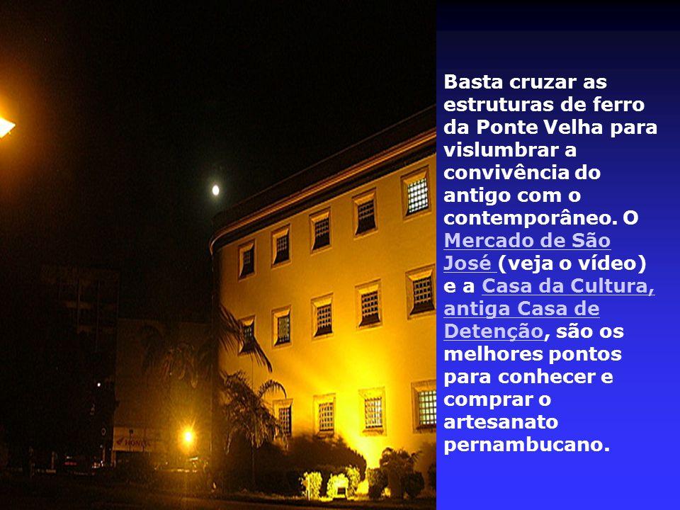 Na cabeceira de outra ponte, a Princesa Isabel, estão o Palácio do Campo das Princesas – residência oficial do governador –, o Teatro Santa Isabel e o Palácio da Justiça com sua cúpula iluminada.