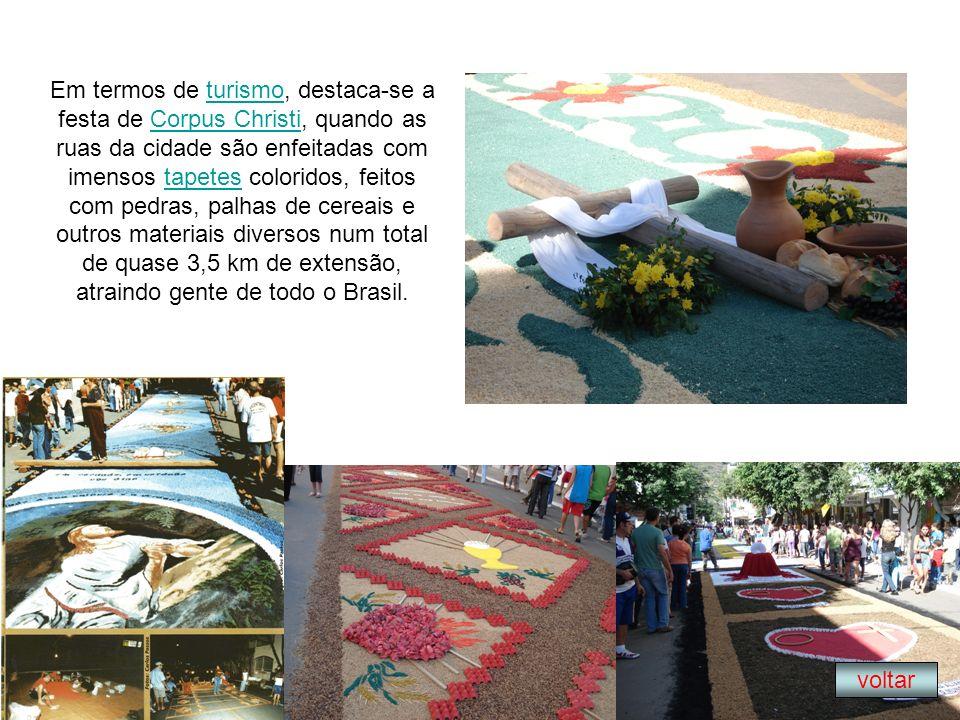 Em termos de turismo, destaca-se a festa de Corpus Christi, quando as ruas da cidade são enfeitadas com imensos tapetes coloridos, feitos com pedras,