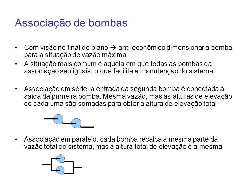 Operação de bombas em série O sistema é empregado quando a elevatória deve atender a reservatórios em níveis ou distâncias diferentes ou alturas manométricas muito elevadas (é mais econômico) A mesma vazão passa pelas duas bombas Cada bomba é responsável por uma parcela da Hman total A curva Hman x Q das duas bombas é obtida pela soma dos valores de Hman de cada uma para uma mesma vazão de recalque Se as bombas forem iguais, cada uma vai fornecer metade a altura total do sistema Ponto de operação de cada bomba em separado