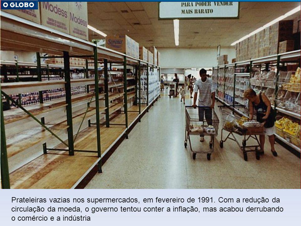 Prateleiras vazias nos supermercados, em fevereiro de 1991. Com a redução da circulação da moeda, o governo tentou conter a inflação, mas acabou derru