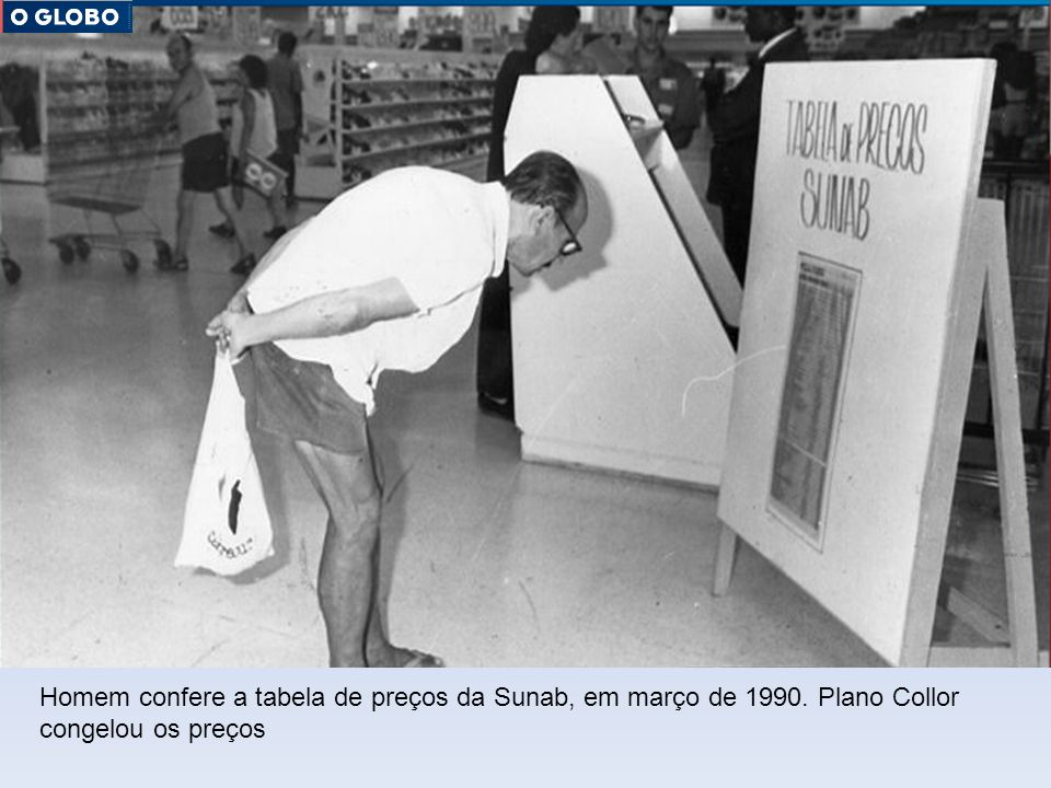 Homem confere a tabela de preços da Sunab, em março de 1990. Plano Collor congelou os preços