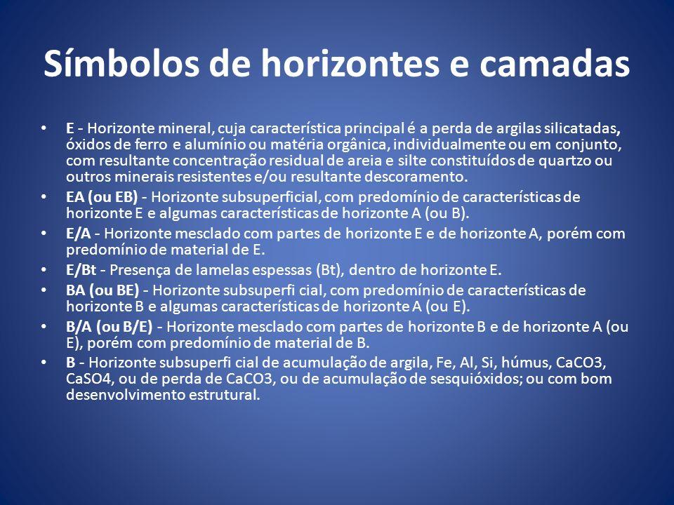 Símbolos de horizontes e camadas E - Horizonte mineral, cuja característica principal é a perda de argilas silicatadas, óxidos de ferro e alumínio ou
