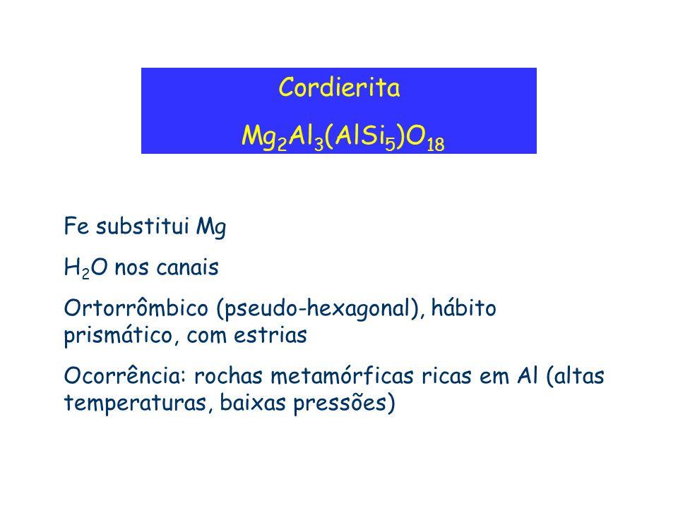 Cordierita Mg 2 Al 3 (AlSi 5 )O 18 Fe substitui Mg H 2 O nos canais Ortorrômbico (pseudo-hexagonal), hábito prismático, com estrias Ocorrência: rochas