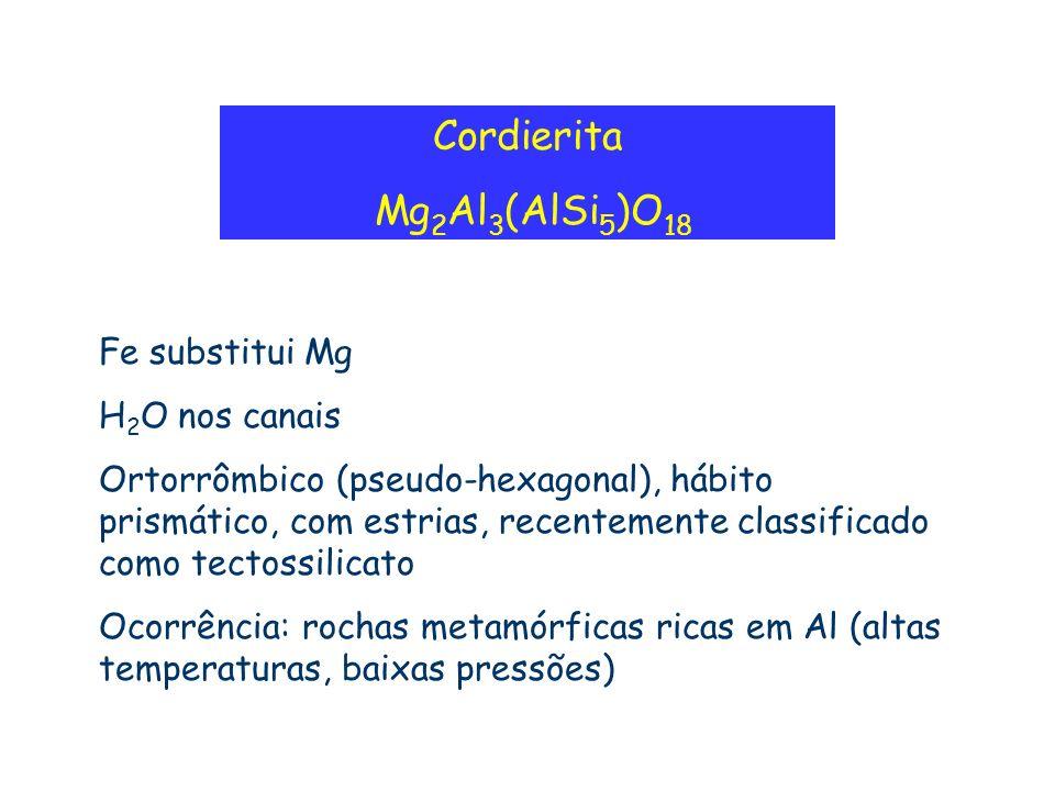Cordierita Mg 2 Al 3 (AlSi 5 )O 18 Fe substitui Mg H 2 O nos canais Ortorrômbico (pseudo-hexagonal), hábito prismático, com estrias, recentemente clas