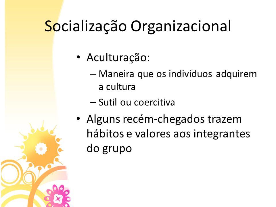 Socialização Organizacional Aculturação: – Maneira que os indivíduos adquirem a cultura – Sutil ou coercitiva Alguns recém-chegados trazem hábitos e v