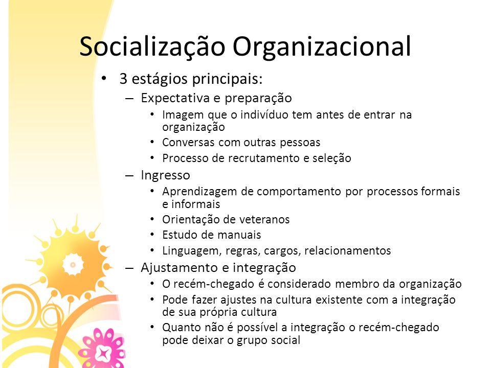 Socialização Organizacional 3 estágios principais: – Expectativa e preparação Imagem que o indivíduo tem antes de entrar na organização Conversas com