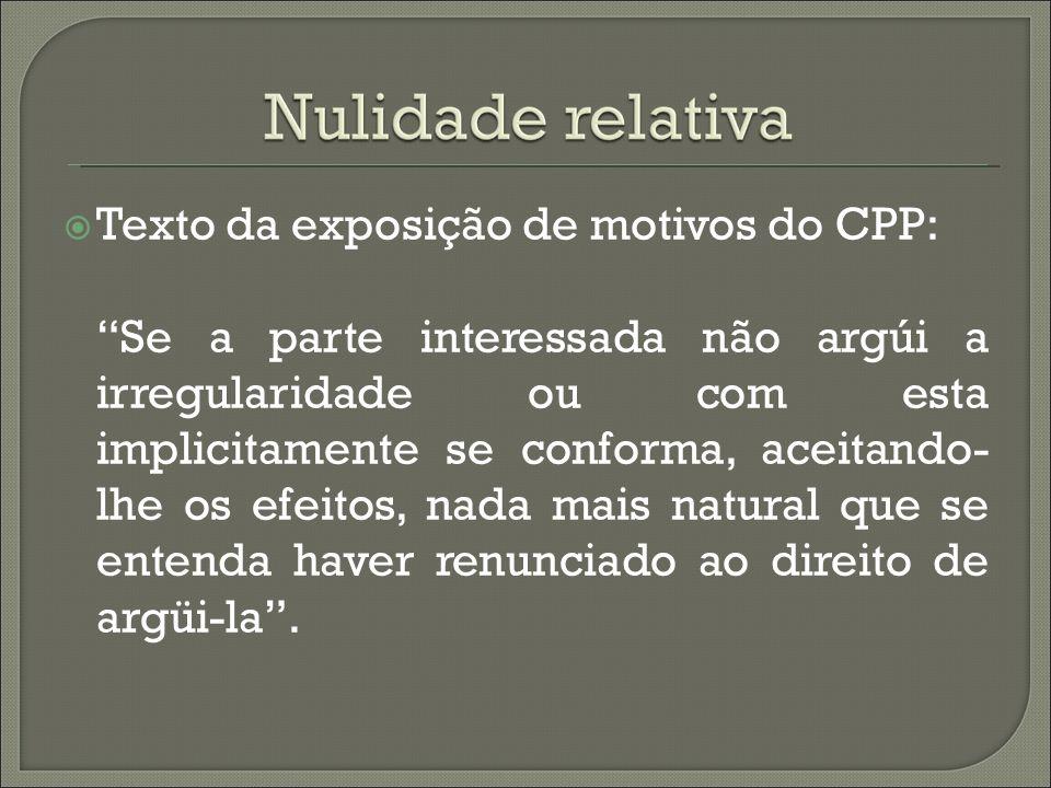 Texto da exposição de motivos do CPP: Se a parte interessada não argúi a irregularidade ou com esta implicitamente se conforma, aceitando- lhe os efei