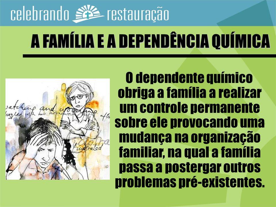 O dependente químico obriga a família a realizar um controle permanente sobre ele provocando uma mudança na organização familiar, na qual a família pa