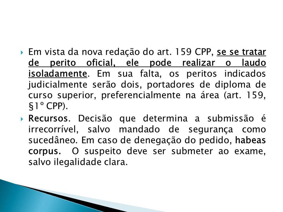 Em vista da nova redação do art. 159 CPP, se se tratar de perito oficial, ele pode realizar o laudo isoladamente. Em sua falta, os peritos indicados j