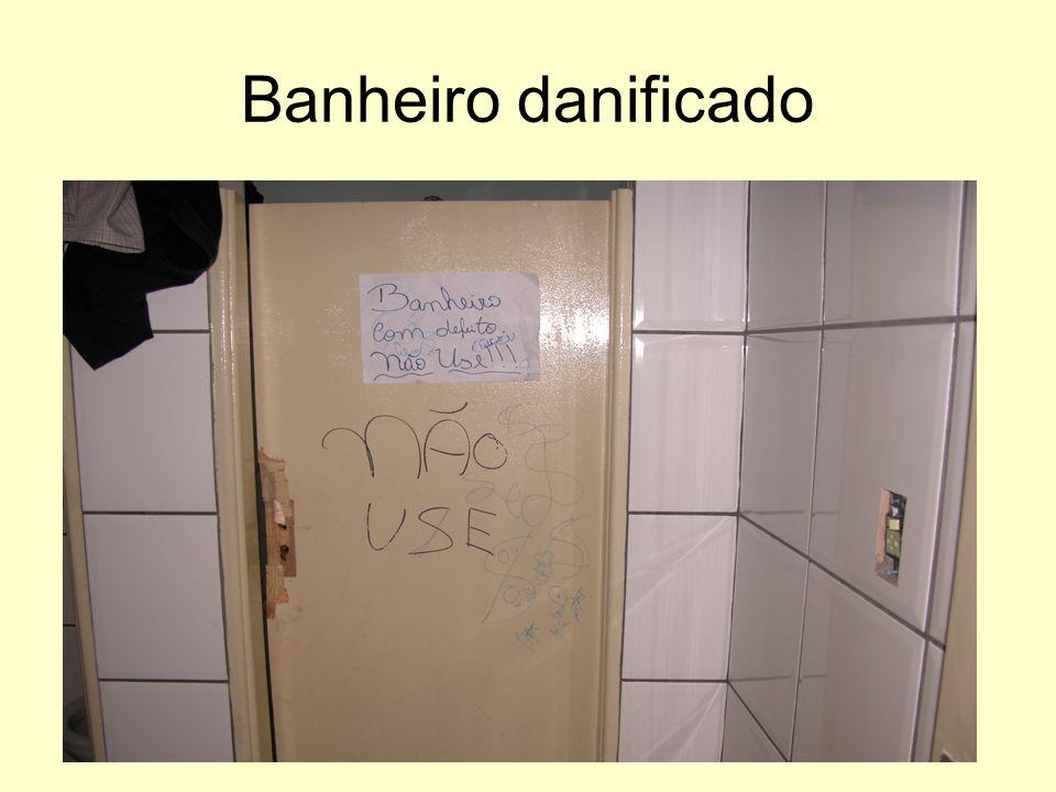 Banheiro danificado