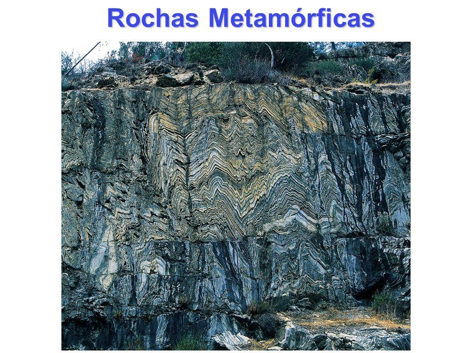 Metamorfismo Metamorfismo: mudança de uma forma para uma outra Rocha Metamórfica Rocha Metamórfica : alguma rocha que sofreu mudanças na textura, mineralogia, ou composição química no estado sólido