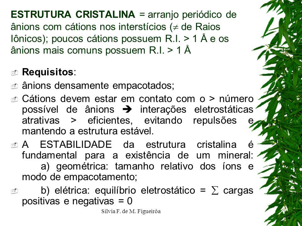 Silvia F. de M. Figueirôa ESTRUTURA CRISTALINA = arranjo periódico de ânions com cátions nos interstícios ( de Raios Iônicos); poucos cátions possuem