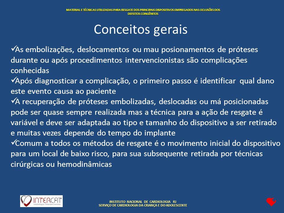 INSTITUTO NACIONAL DE CARDIOLOGIA RJ SERVIÇO DE CARDIOLOGIA DA CRIANÇA E DO ADOLESCENTE MATERIAL E TÉCNICAS UTILIZADAS PARA RESGATE DOS PRINCIPAIS DISPOSITIVOS EMPREGADOS NAS OCLUSÕES DOS DEFEITOS CONGÊNITOS As embolizações, deslocamentos ou mau posionamentos de próteses durante ou após procedimentos intervencionistas são complicações conhecidas Após diagnosticar a complicação, o primeiro passo é identificar qual dano este evento causa ao paciente A recuperação de próteses embolizadas, deslocadas ou má posicionadas pode ser quase sempre realizada mas a técnica para a ação de resgate é variável e deve ser adaptada ao tipo e tamanho do dispositivo a ser retirado e muitas vezes depende do tempo do implante Comum a todos os métodos de resgate é o movimento inicial do dispositivo para um local de baixo risco, para sua subsequente retirada por técnicas cirúrgicas ou hemodinâmicas Conceitos gerais