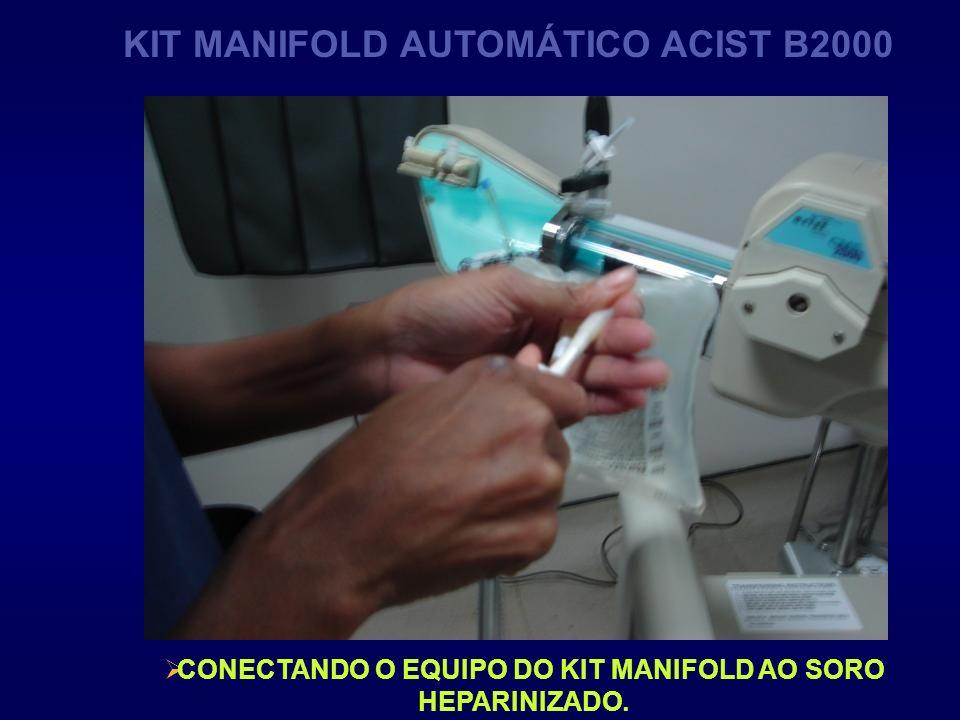 CONECTANDO O EQUIPO DO KIT MANIFOLD AO SORO HEPARINIZADO. KIT MANIFOLD AUTOMÁTICO ACIST B2000