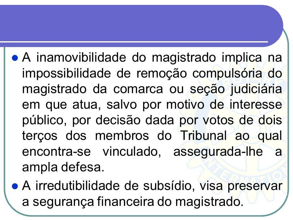 A vitaliciedade, inamovibilidade e irredutibilidade de subsídio, são as garantias constitucionais. A vitaliciedade é adquirida, em primeiro grau de ju