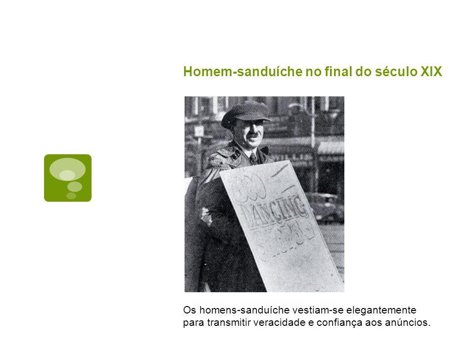 Homem-sanduíche no final do século XIX Os homens-sanduíche vestiam-se elegantemente para transmitir veracidade e confiança aos anúncios.