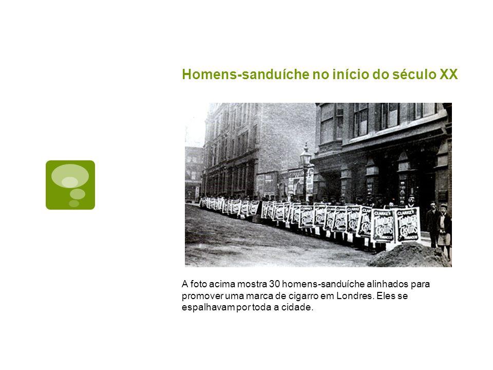 Homens-sanduíche no início do século XX A foto acima mostra 30 homens-sanduíche alinhados para promover uma marca de cigarro em Londres. Eles se espal