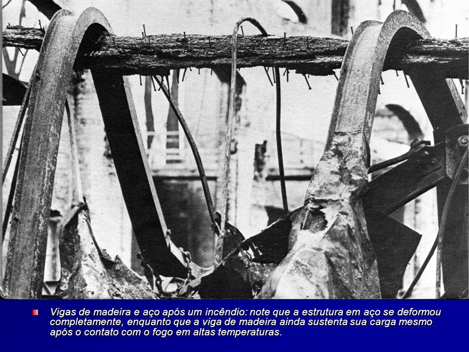Vigas de madeira e aço após um incêndio: note que a estrutura em aço se deformou completamente, enquanto que a viga de madeira ainda sustenta sua carga mesmo após o contato com o fogo em altas temperaturas.
