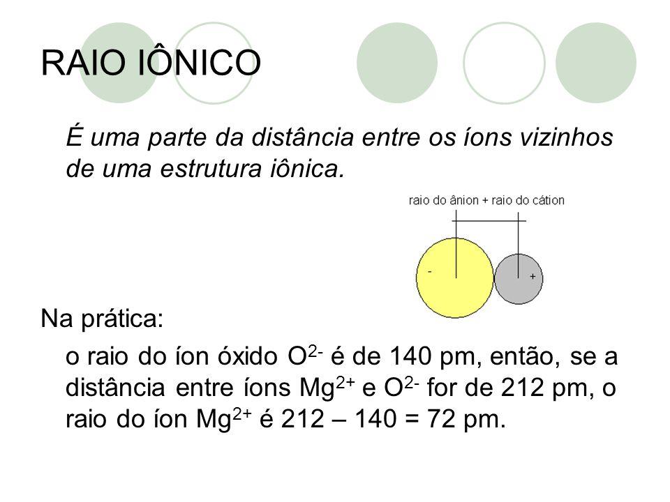 RAIO IÔNICO É uma parte da distância entre os íons vizinhos de uma estrutura iônica. Na prática: o raio do íon óxido O 2- é de 140 pm, então, se a dis