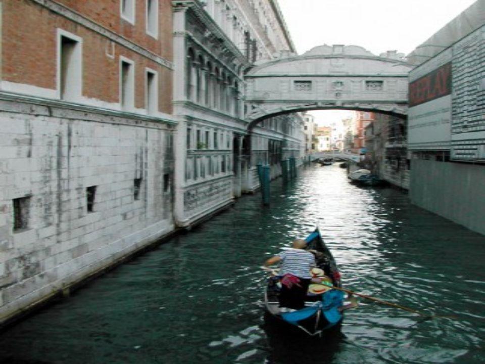 PONTE DOS SUSPIROS Veneze Itália Romântica de reputação, é de facto a ponte que liga as prisões às salas de julgamento. Ao passar por esta ponte, os p