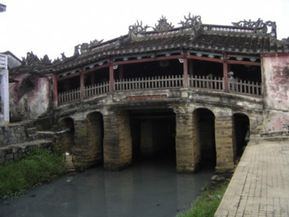 PONTE JAPONESA Hoi An Vietname Construida em 1593 pela comunidade japonesa de Hoi An, não foi praticamente retocada depois. Os dois macacos e os dois