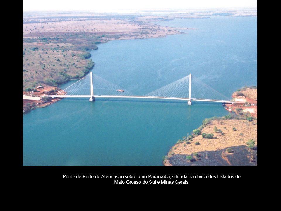 Ponte de Porto de Alencastro sobre o rio Paranaíba, situada na divisa dos Estados do Mato Grosso do Sul e Minas Gerais