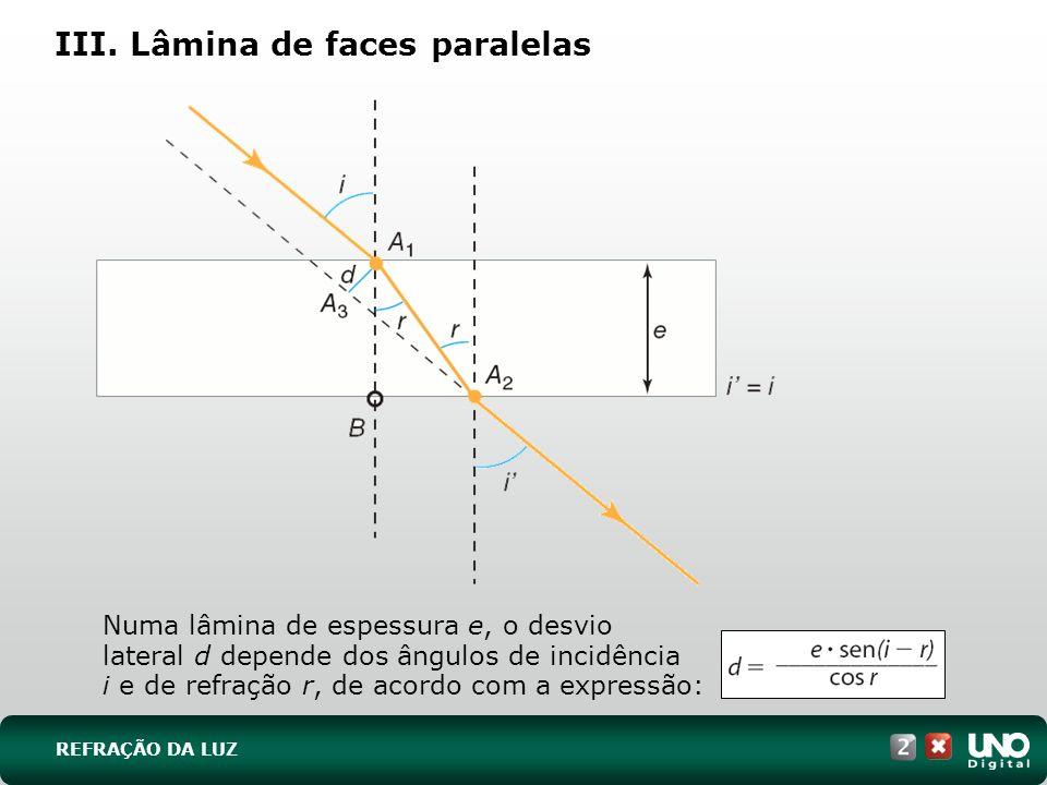 III. Lâmina de faces paralelas Numa lâmina de espessura e, o desvio lateral d depende dos ângulos de incidência i e de refração r, de acordo com a exp