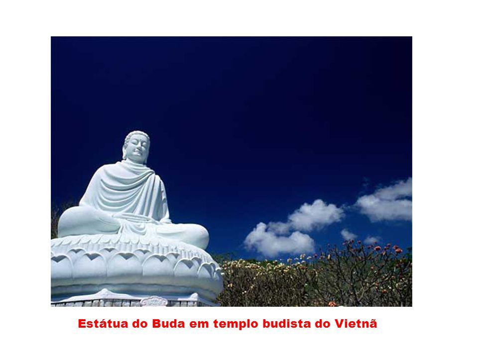 Estátua do Buda em templo budista do Vietnã