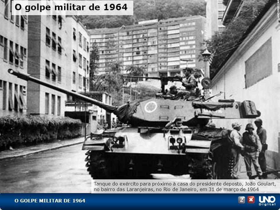 O GOLPE MILITAR DE 1964 Tanque do exército para próximo à casa do presidente deposto, João Goulart, no bairro das Laranjeiras, no Rio de Janeiro, em 3