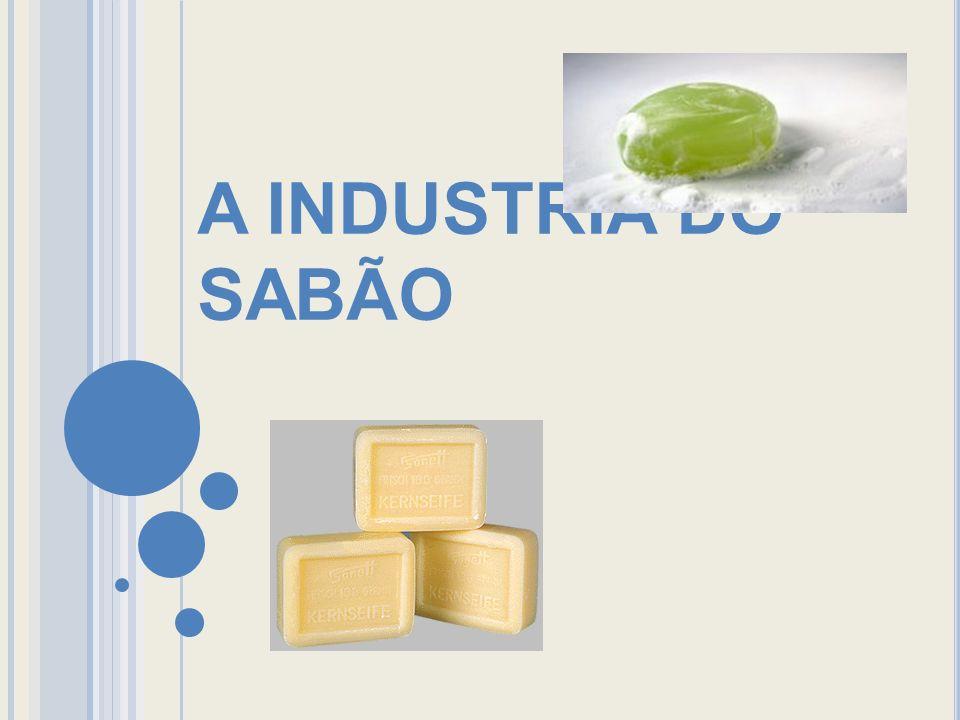 SABÃO Sabão serve principalmente, para livrar-nos da incômoda sujeira, que é composta na maioria das vezes por óleos ou gorduras, acompanhadas ou não por microorganismos ou outras substancias apolares ou poucos polares como pó, restos de alimento, etc.
