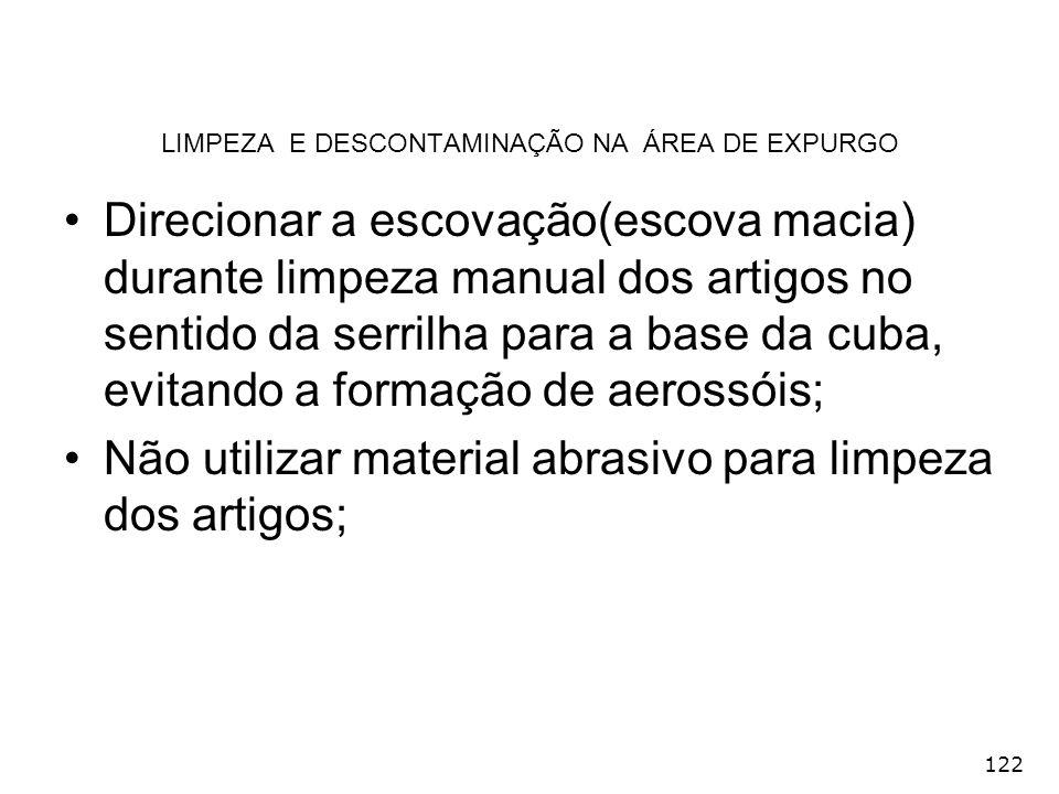 122 LIMPEZA E DESCONTAMINAÇÃO NA ÁREA DE EXPURGO Direcionar a escovação(escova macia) durante limpeza manual dos artigos no sentido da serrilha para a