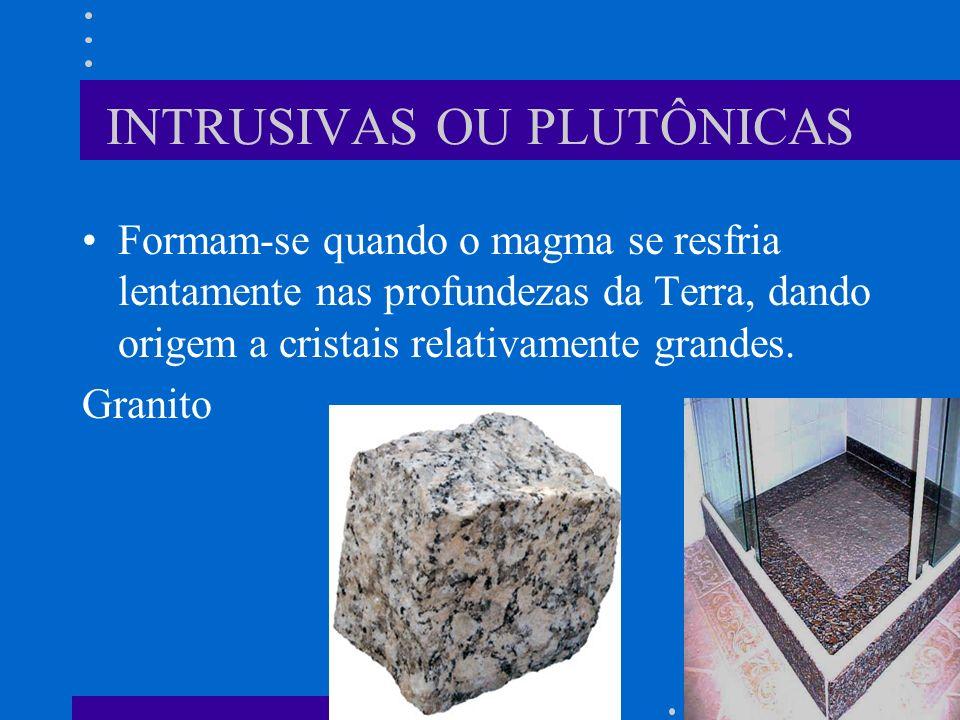 INTRUSIVAS OU PLUTÔNICAS Formam-se quando o magma se resfria lentamente nas profundezas da Terra, dando origem a cristais relativamente grandes.