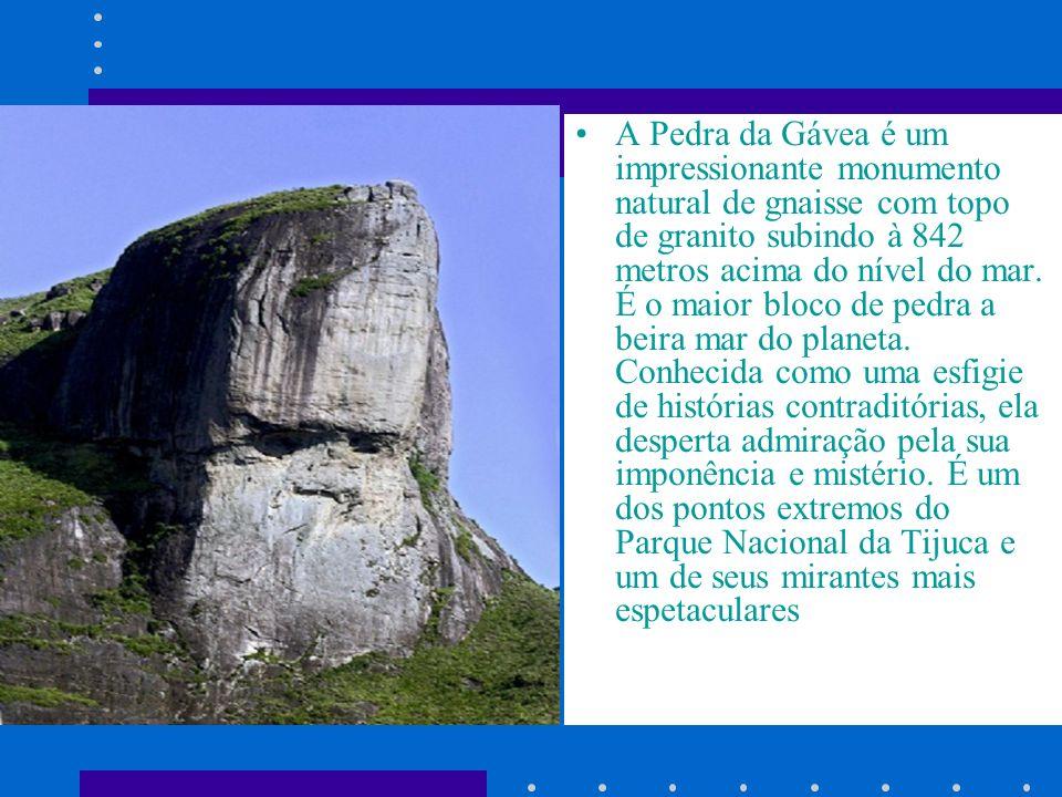 A Pedra da Gávea é um impressionante monumento natural de gnaisse com topo de granito subindo à 842 metros acima do nível do mar.