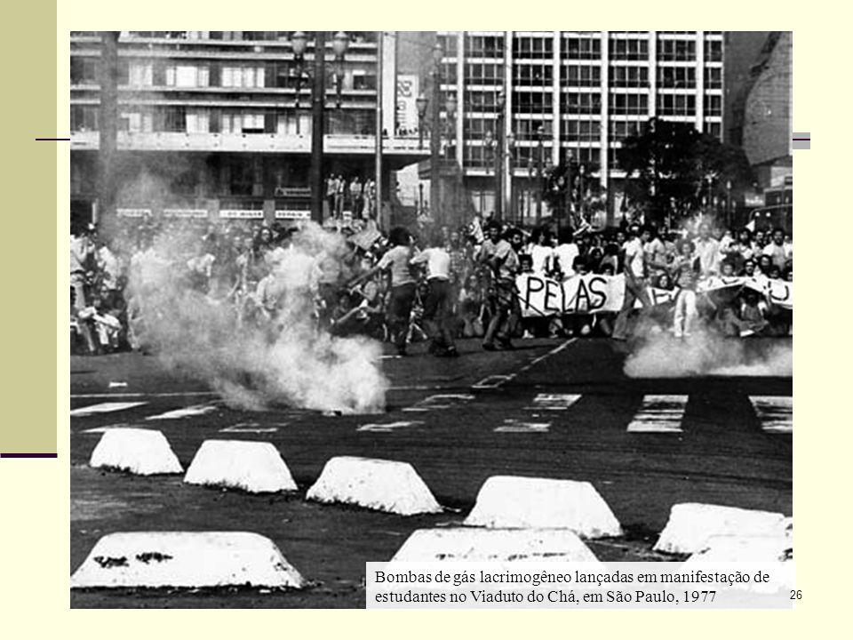 Bombas de gás lacrimogêneo lançadas em manifestação de estudantes no Viaduto do Chá, em São Paulo, 1977 26