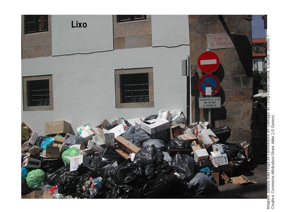 Lixo Imagem: Basura trala folga de varrendeiros en Santiago de Compostela (Galicia, España) / jmerelo / Creative Commons Attribution-Share Alike 2.0 G