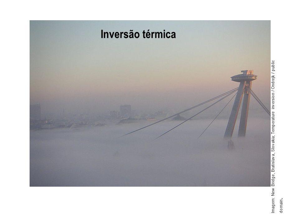 Inversão térmica Imagem: New Bridge, Bratislava, Slovakia; Temperature inversion / Ondrejk / public domain.