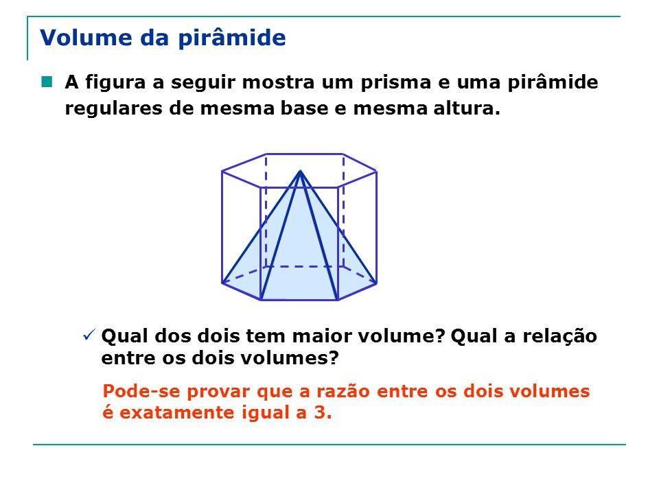 A figura a seguir mostra um prisma e uma pirâmide regulares de mesma base e mesma altura. Qual dos dois tem maior volume? Qual a relação entre os dois