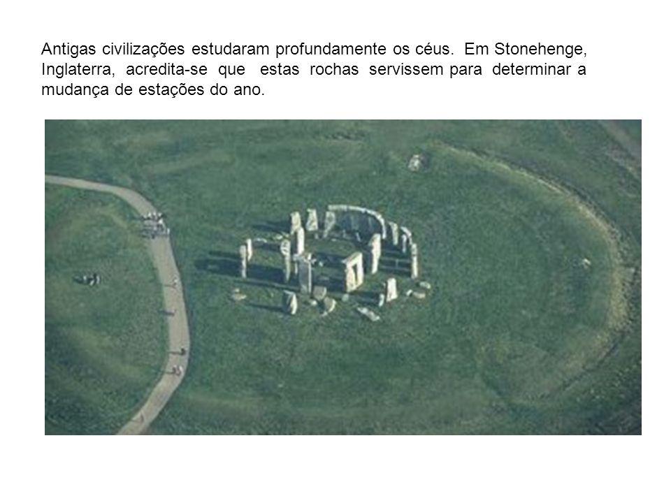 Antigas civilizações estudaram profundamente os céus. Em Stonehenge, Inglaterra, acredita-se que estas rochas servissem para determinar a mudança de e