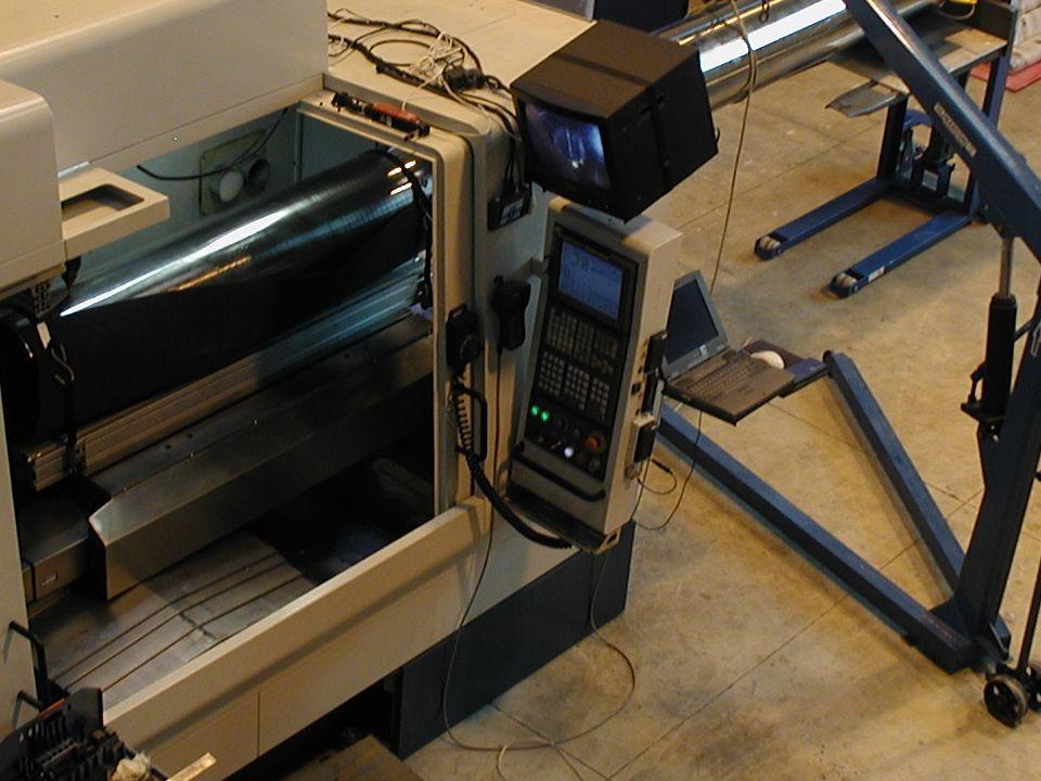 A peça se move por comando CNC sob um feixe laser estacionário A peça se move por comando CNC sob um feixe laser estacionário
