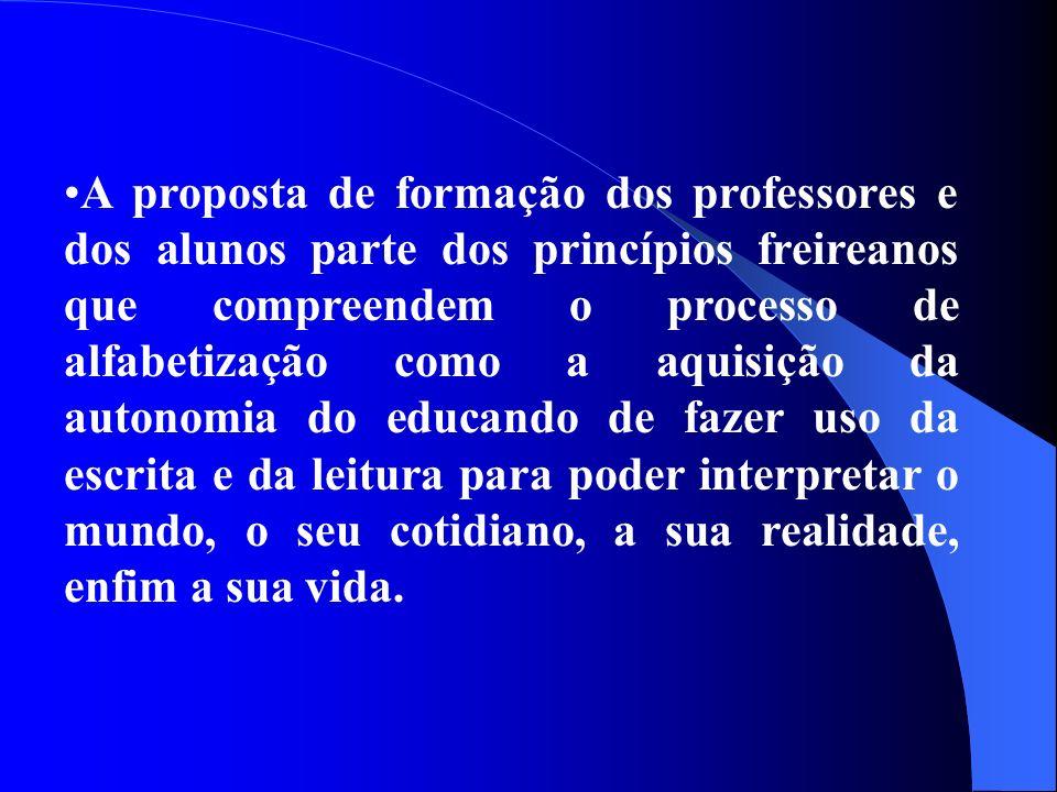 A proposta de formação dos professores e dos alunos parte dos princípios freireanos que compreendem o processo de alfabetização como a aquisição da au