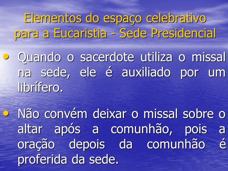 Elementos do espaço celebrativo para a Eucaristia - Sede Presidencial Quando o sacerdote utiliza o missal na sede, ele é auxiliado por um librífero. Q