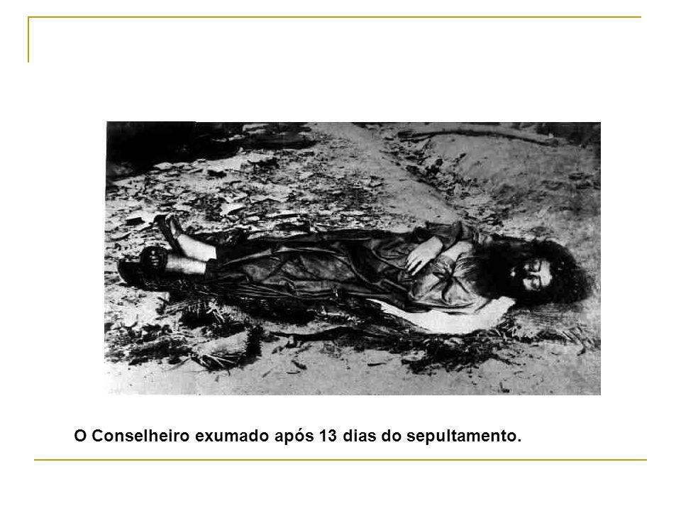 O Conselheiro exumado após 13 dias do sepultamento.
