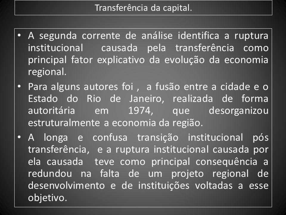 Transferência da capital. A segunda corrente de análise identifica a ruptura institucional causada pela transferência como principal fator explicativo