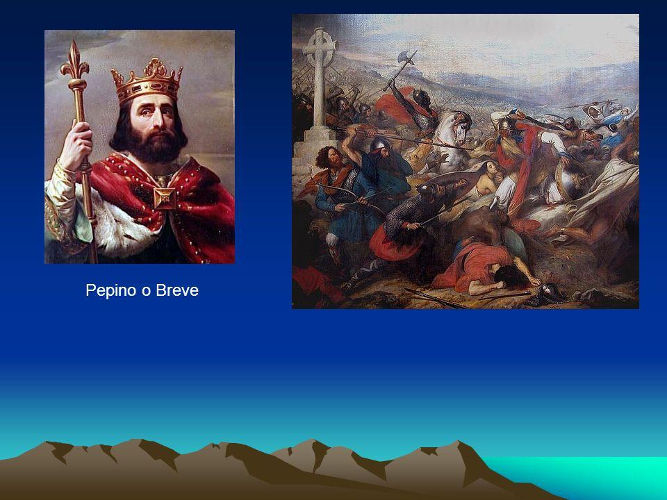 A Dinastia dos Carolíngios Carlos Magno, filho de Pepino, assumiu o trono dos francos em 768 após a morte do pai, dando continuidade à aliança com o papado e à política carolíngia de conquista de novas terras.